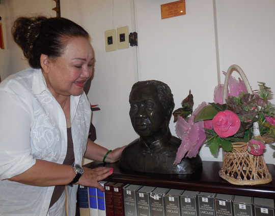 NSND Ngọc Giàu bên bức tượng đồng của GSTS Trần Văn Khê
