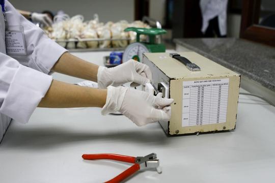 Khâu hoàn thiện đơn vị máu sau thu gom, công đoạn hàn dây lấy máu để đảm bảo máu được bảo quản đúng qui trình kín và vô trùng..