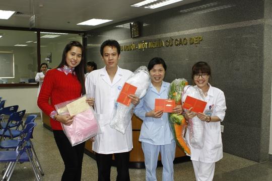 Niềm vui sau hiến máu của nhân viên, sau khi hiến máu, với thời gian nghỉ ngơi từ 10 đến 15 phút, mọi người có thể trở lại làm việc bình thường hàng ngày, tuy nhiên không làm việc quá nặng..