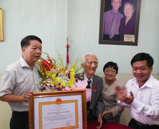 Ông Tôn Thất Cần - Phó phòng quản lý nghệ thuật Sở VH, TT và DL TPHCM và ông Nguyễn Văn Minh - Phó GĐ Sở VH & TT và DL TPHCM đã chúc mừng sức khỏe soạn giả NSND Viễn Châu