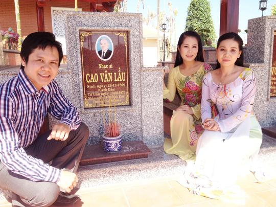 Huỳnh Tấn Phong, Thanh Nhàn và Ngọc Tuyền viếng mộ cố nhạc sĩ Cao Văn Lầu