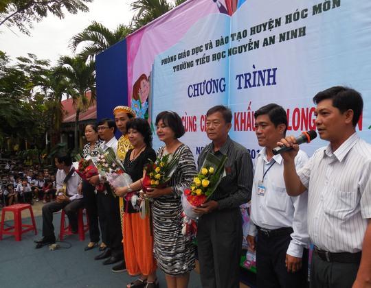 Ông Nguyễn Anh Tuấn - Phóng Giáo dục Đào tạo huyện Hóc Môn chúc mừng các nghệ nhân đưa Đờn ca tài tử (ĐCTT) đến học đường