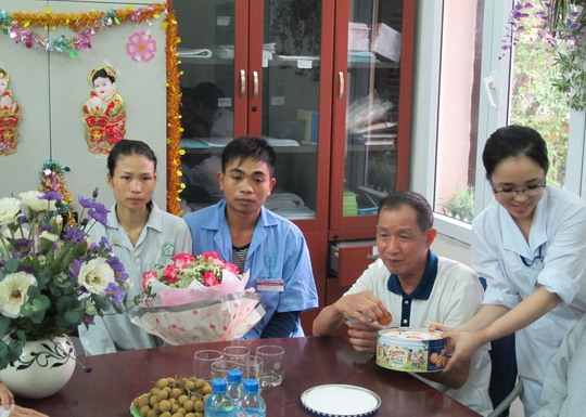 Nhân viên của Khoa c8 chuẩn bị tiệc ngọt cho một đám cưới đặc biệt ngay tại bệnh phòng