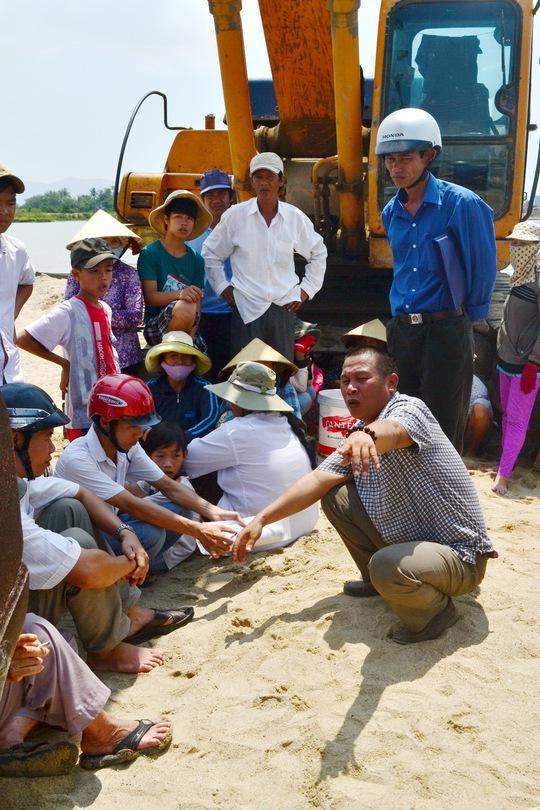 Người dân xã Phước Thuận ngăn cản không cho khai thác cát trái phép