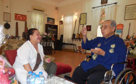 GSTS Trần Văn Khê phân tích bài Dạ cổ hoài lang trong ngày mừng thọ 94 tuổi của ông.