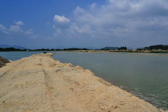 Con đường từ bờ sông ra bãi cát do Công ty CP Tập đoàn Phúc Lộc làm để lấy cát trộm