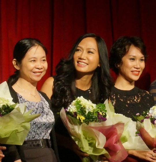 Kim Khánh rạng ngời trong suất diễn thứ hai của vở Cầu vồng khuyết