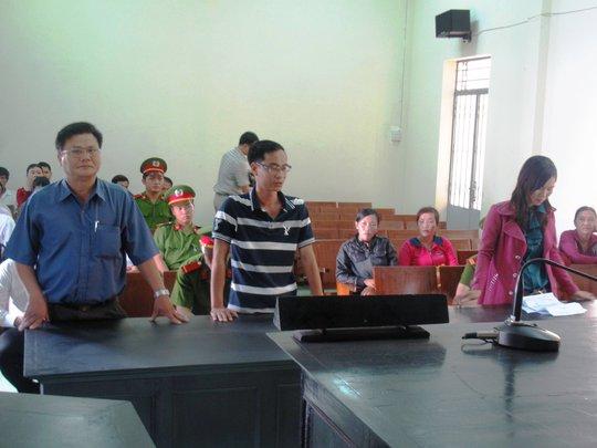 Ông Võ Văn Thái (đầu tiên bên phải), người bị Giám đốc Công an Phú Yên khẳng định đã tổ chức khám người chị Loan sai quy định pháp luật tại Công an huyện Tuy An
