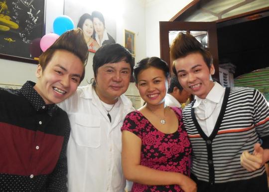 Ca sĩ Nhật Quốc, Tấn Quốc, MC Quỳnh Giang và Châu Thanh trong ngày họp mặt