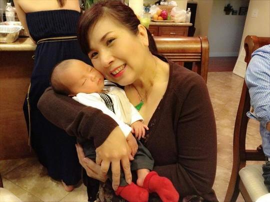 Nghệ sĩ Phượng Mai đến chúc mừng tiệc đầy tháng bé Trương Bảo Phước - con trai NSƯT Kim Tiểu Long