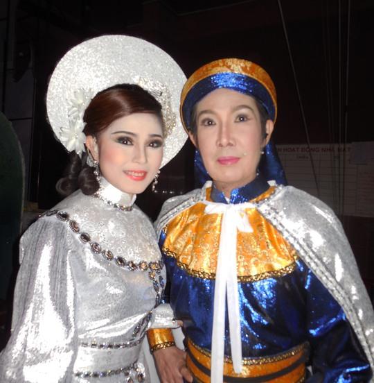 NSUT Vũ Linh (vai Thi Sách) và NS Thy Trang (vai Trưng Trắc) trong vở Tiếng trống Mê Linh