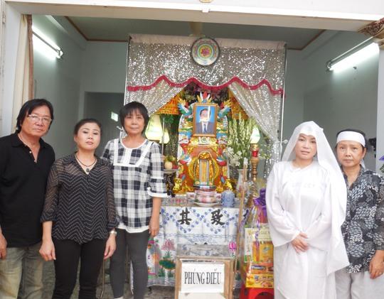 Viễn Sơn, Linh Huyền, Bảo Ly chia buồn với Diệu Huê và Tiểu Phụng