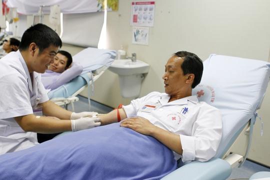 Ths Bạch Quốc Khánh, Phó Viện trưởng đã nhiều lần tham gia hiến máu, nhưng vẫn không khỏi hồi hộp đón nhận cảm giác mũi kim đi qua da, một cảm giác thật khó tả....với ai chưa hiến máu lần nà