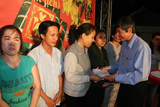 Ông Trần Thanh Hải, Phó Chủ tịch Thường trực Tổng LĐLĐ Việt Nam trao tiền hỗ trợ cho công nhân khó khăn, mắc bệnh nan y tại quận Bình Tân, TP HCM