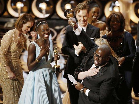 Steve McQueen và Lupita Nyongo hạnh phúc trước chiến thắng của phim 12 Years A Salve