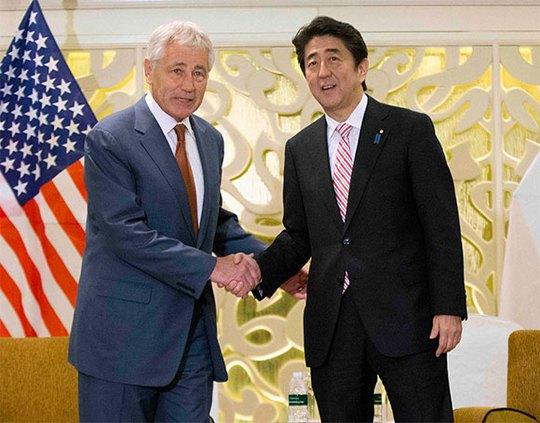 Bộ trưởng Quốc phòng Mỹ Chuck Hagel và Thủ tướng Nhật Shinzo Abe. Ảnh: Reuters