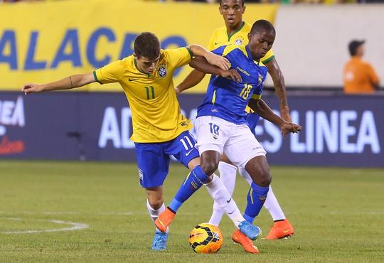 Oscar trong một pha tranh chấp với cầu thủ Ecuador