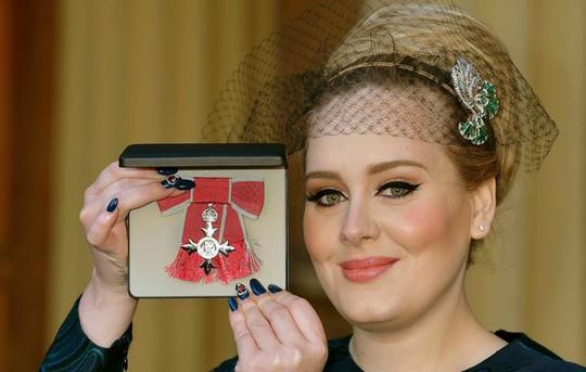 Adele vinh dự nhận tước hiệu MBE. Ảnh: Reuters
