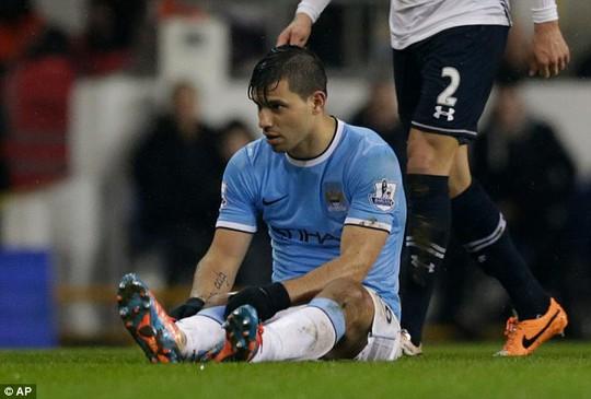 Aguero bị đau trong trận gặp Tottenham