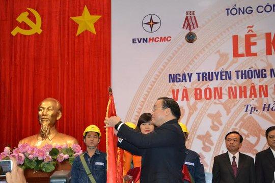 Phó Thủ tướng Hoàng Trung Hải gắn Huân chương Độc lập hạng Nhất lên cờ truyền thống của EVNHCM.