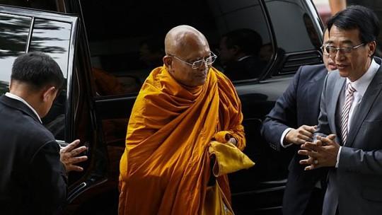 Suthep với đầu trọc, áo vàng của tu sĩ Phật giáo hầu tòa