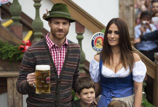 Xabi Alonso và vợ trông như diễn viên điện ảnh
