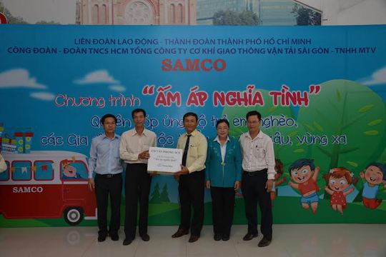 Đại diện Công đoàn SAMCO (thứ ba từ phải sang), tiếp nhận quà ủng hộ học sinh nghèo từ các Công đoàn cơ sở trực thuộc