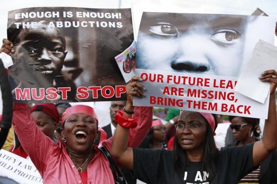 Những người biểu tình kêu gọi chính phủ thả các tay súng để cứu những nữ sinh. Ảnh: AP