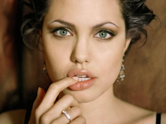 Để có bờ môi nóng bỏng như Angelina Jolie