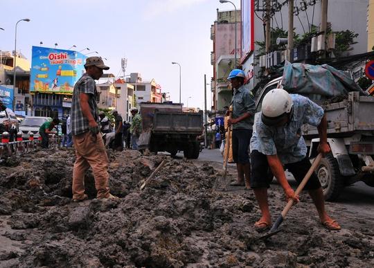 Số bùn đất đổ tràn dài hơn 10 m, chiểm hơn nửa lòng đường Khánh Hội.