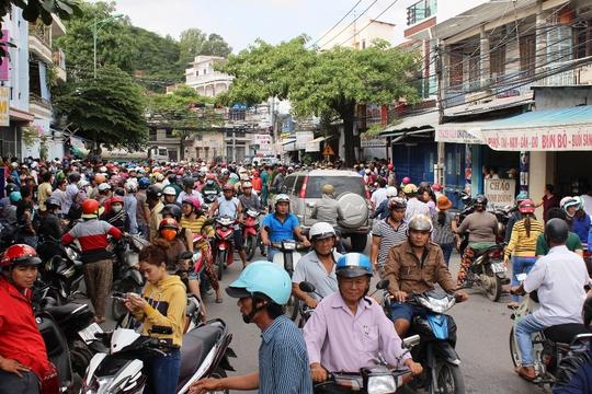 Người dân tập trung kín khu vực đường Đặng Tất Hộp giấy nghi có tro cốt người chết