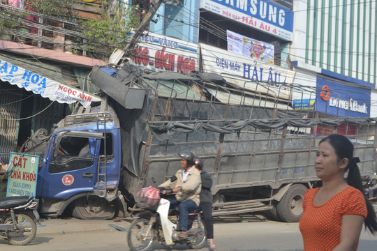 Chiếc xe tải nằm gọn trên lề đường