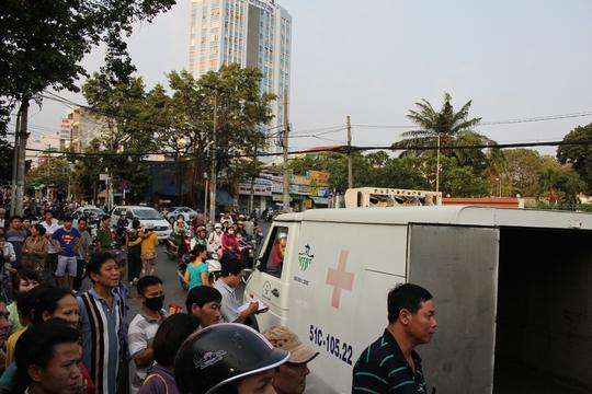 Người dân hiếu kỳ kéo đến cầu bộ hành xem đàn ông đột tử trước Bệnh viện Ung Bướu