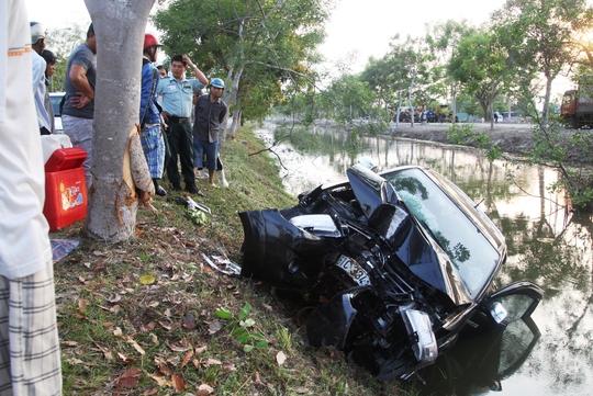 Hiện trường vụ tai nạn chiếc ô tô lao xuống mương làm 4 người bị mắc kẹt bên trong