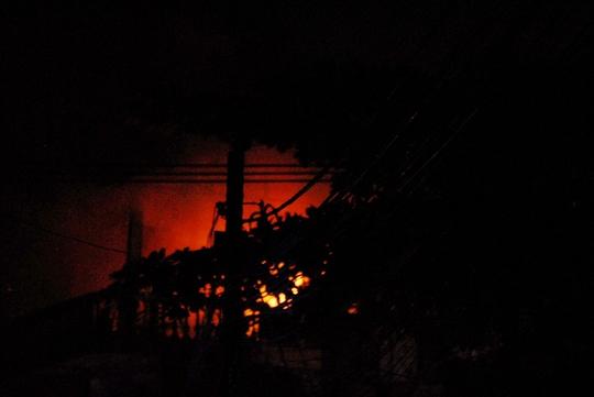 Ngọn lửa bùng cháy dữ dội, đỏ rực cả một khu vực
