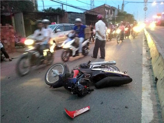 Sau khi đuổi đánh nhau và tông vào xe taxi, một thanh niên được đưa đi cấp cứu trong tình trạng nguy kịch.