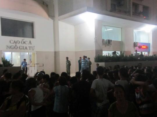 Hàng trăm người dân quanh chung cư Ngô Gia Tự đến xem người phụ nữ tự tử