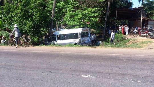 Hiện trường xe container đâm xe khách khiến xe khách lao xuống hố bên đường