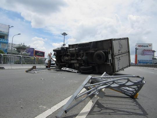 Hiện trường vụ tai nạn xe tải lật ngang trên cầu vượt Hàng Xanh, sáng 10-9