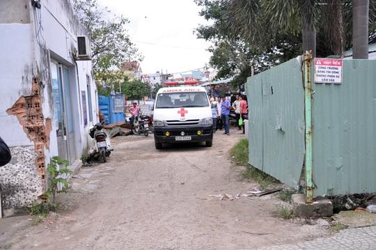 Xe cứu thương đến chở xác nạn nhân về nhà xác bệnh viện