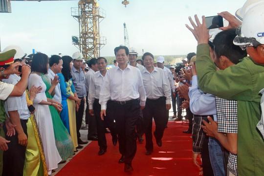 Thủ tướng Nguyễn Tấn Dũng đến dự lễ hợp long cầu Cửa Đại