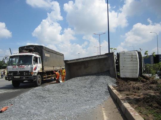 Xe tải lật nhào trên xa lộ Hà Nội