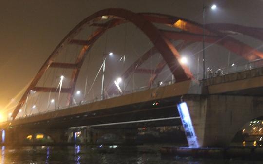 Đoạn sông dưới cầu Bình Lợi mới, nơi người phụ nữ nhảy xuống tự tử.