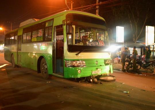 Hiện trường vụ tai nạn xe buýt cuốn xe máy vào gầm.