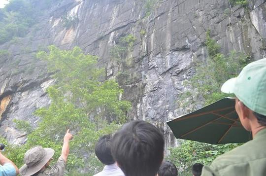 Lực lượng cứu hộ đành bó tay vì vách đá quá hiểm trở