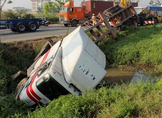 Chiếc xe container cắm đầu trong hố nước sâu