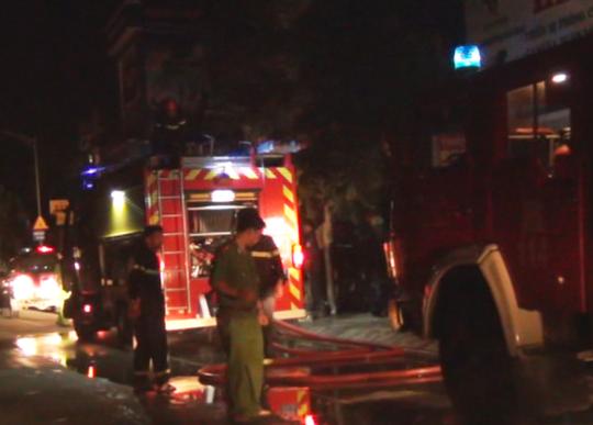 Nhiều xe cứu hỏa được huy động để khống chế đám cháy trong đêm.
