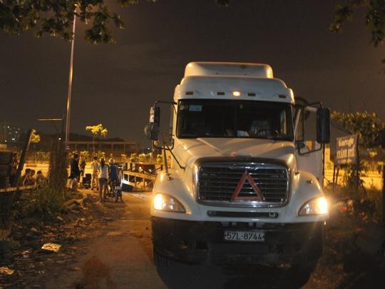 Sau tai nạn, nạn nhân bị kẹt dưới gầm xe container
