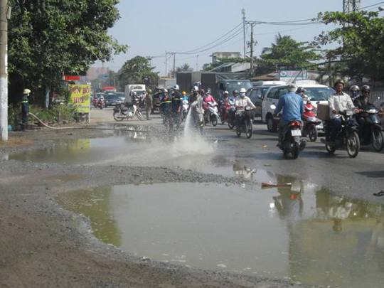 Lực lượng chức năng phải xịt nước để rửa sạch hóa chất trên đường