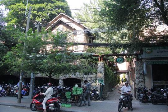 Biệt thự số 84 Nguyễn Du, phía trước là quán cà phê Regina